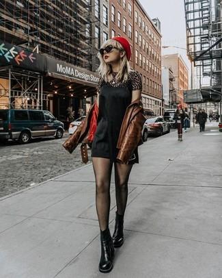 Come indossare: giacca da moto in pelle marrone, sottoveste di seta nera, t-shirt girocollo leopardata marrone, stivali chelsea in pelle neri