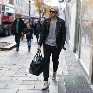 Come indossare e abbinare: giacca da moto in pelle nera, t-shirt con scollo a v grigia, chino neri, sneakers basse in pelle grigie