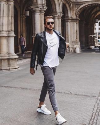 Come indossare e abbinare: giacca da moto in pelle nera, t-shirt girocollo bianca e nera, chino a righe verticali grigi, sneakers basse in pelle bianche e nere