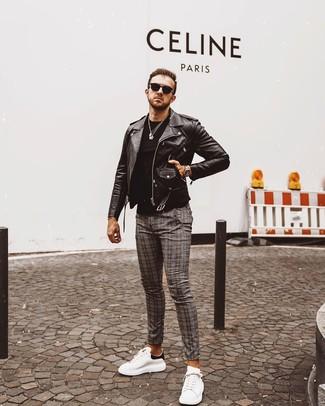 Come indossare e abbinare: giacca da moto in pelle nera, t-shirt girocollo nera, chino scozzesi grigi, sneakers basse in pelle bianche e nere