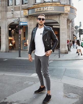 Come indossare e abbinare: giacca da moto in pelle nera, t-shirt girocollo stampata bianca e nera, chino a righe verticali grigi, sneakers basse nere