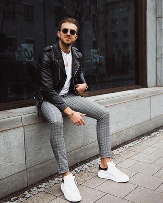 Come indossare e abbinare: giacca da moto in pelle nera, t-shirt girocollo bianca, chino scozzesi grigi, sneakers basse in pelle bianche e nere