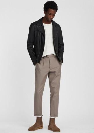 Look alla moda per uomo: Giacca da moto in pelle nera, T-shirt girocollo bianca, Chino marrone chiaro, Stivali chelsea in pelle scamosciata marroni