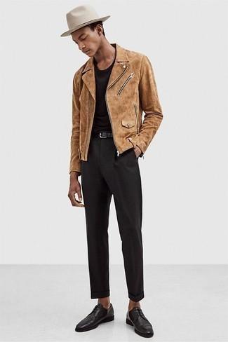 Come indossare e abbinare un borsalino di lana beige: Per un outfit della massima comodità, combina una giacca da moto in pelle scamosciata marrone chiaro con un borsalino di lana beige. Mostra il tuo gusto per le calzature di alta classe con un paio di scarpe derby in pelle nere.