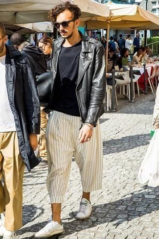 Come indossare e abbinare una giacca da moto in pelle nera: Prova ad abbinare una giacca da moto in pelle nera con chino a righe verticali bianchi per un look raffinato per il tempo libero. Sneakers basse in pelle bianche sono una gradevolissima scelta per completare il look.