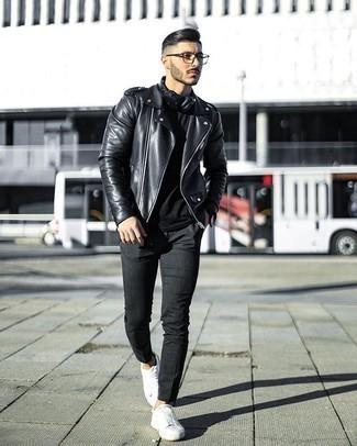 Trend da uomo 2020: Prova ad abbinare una t-shirt girocollo nera con chino grigio scuro per affrontare con facilità la tua giornata. Sneakers basse di tela bianche sono una splendida scelta per completare il look.
