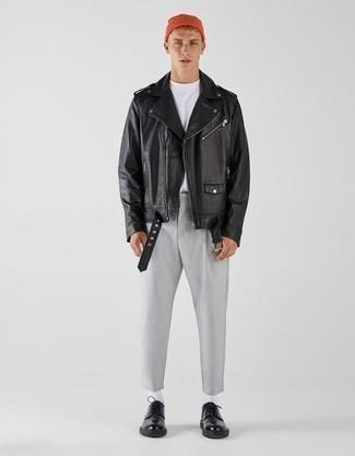 Moda ragazzo adolescente: Scegli una giacca da moto in pelle nera e chino grigi per un pranzo domenicale con gli amici. Sfodera il gusto per le calzature di lusso e calza un paio di scarpe derby in pelle nere.