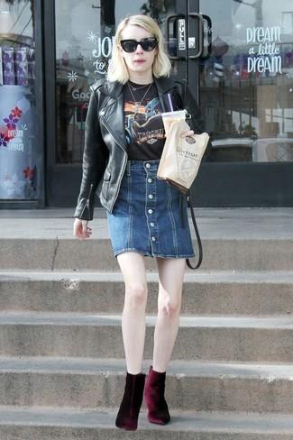 Come indossare: giacca da moto in pelle nera, t-shirt girocollo stampata nera, gonna con bottoni di jeans blu scuro, stivaletti di velluto bordeaux