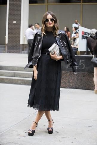 Come indossare e abbinare: giacca da moto in pelle nera, t-shirt girocollo nera, gonna longuette di chiffon nera, sandali con tacco in pelle neri