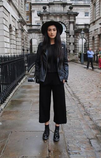 Abbina una giacca da moto in pelle nera con una gonna pantalone nera per le giornate pigre. Per distinguerti dagli altri, mettiti un paio di scarpe derby in pelle nere per donna di Marsèll.