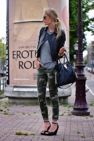 Come indossare e abbinare: giacca da moto in pelle trapuntata nera, t-shirt girocollo grigia, jeans aderenti mimetici verde scuro, décolleté con zeppa in pelle neri