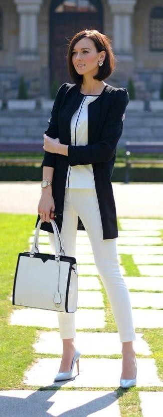 Come indossare: giacca da moto nera, t-shirt girocollo bianca, jeans aderenti bianchi, décolleté in pelle azzurri