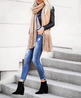 Come indossare e abbinare: giacca da moto in pelle nera, t-shirt girocollo grigia, jeans aderenti strappati blu, stivaletti in pelle scamosciata neri
