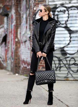 Come indossare e abbinare: giacca da moto in pelle nera, t-shirt girocollo nera, jeans aderenti strappati neri, stivaletti in pelle scamosciata neri