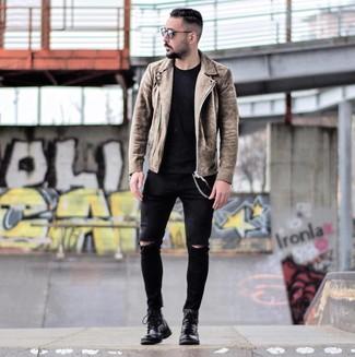 Come indossare e abbinare: giacca da moto in pelle scamosciata marrone, t-shirt girocollo nera, jeans aderenti strappati neri, stivali casual in pelle neri