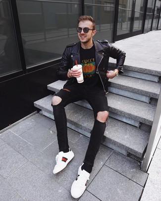 Come indossare e abbinare: giacca da moto in pelle nera, t-shirt girocollo stampata nera, jeans aderenti strappati neri, sneakers basse in pelle stampate bianche