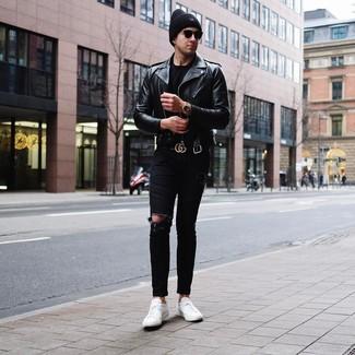 Come indossare e abbinare: giacca da moto in pelle nera, t-shirt girocollo nera, jeans aderenti strappati neri, sneakers basse in pelle bianche