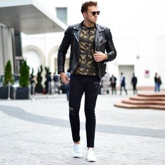 Come indossare e abbinare: giacca da moto in pelle nera, t-shirt girocollo mimetica verde oliva, jeans aderenti strappati neri, scarpe sportive bianche