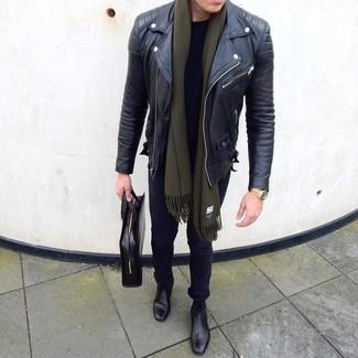 Come indossare e abbinare: giacca da moto in pelle nera, t-shirt girocollo nera, jeans aderenti neri, stivali chelsea in pelle neri