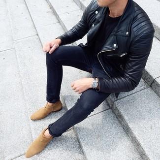 Come indossare e abbinare: giacca da moto in pelle nera, t-shirt girocollo nera, jeans aderenti grigio scuro, stivali chelsea in pelle scamosciata marrone chiaro