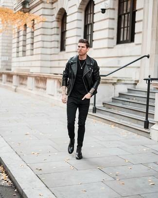 Come indossare e abbinare jeans aderenti neri: Prova ad abbinare una giacca da moto in pelle nera con jeans aderenti neri per un look comfy-casual. Indossa un paio di chukka in pelle nere per un tocco virile.