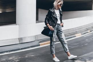 Come indossare: giacca da moto in pelle nera, t-shirt girocollo stampata bianca e nera, jeans boyfriend strappati grigi, sneakers basse in pelle bianche