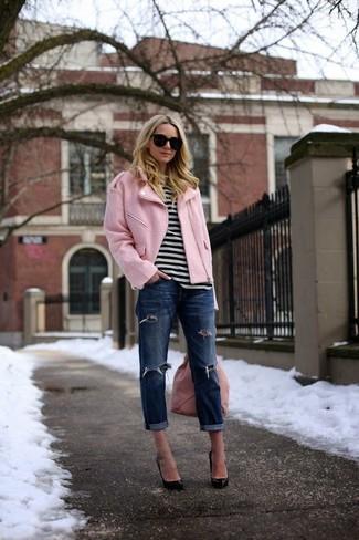 Come indossare: giacca da moto rosa, t-shirt girocollo a righe orizzontali bianca e nera, jeans boyfriend strappati blu scuro, décolleté in pelle neri