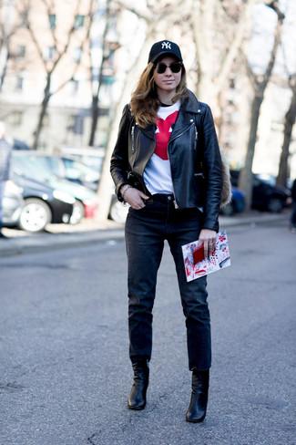 Come indossare: giacca da moto in pelle nera, t-shirt girocollo stampata bianca e rossa, jeans neri, stivaletti in pelle neri