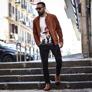 Come indossare e abbinare: giacca da moto in pelle scamosciata terracotta, t-shirt girocollo stampata bianca, jeans neri, stivali chelsea in pelle scamosciata marroni