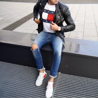 Come indossare e abbinare: giacca da moto in pelle nera, t-shirt girocollo stampata bianca, jeans strappati blu, scarpe sportive bianche