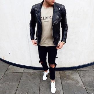 Come indossare e abbinare: giacca da moto in pelle nera, t-shirt girocollo stampata beige, jeans strappati neri, sneakers basse in pelle bianche e nere