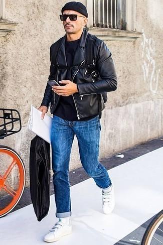 Come indossare e abbinare una giacca da moto in pelle nera: Prova ad abbinare una giacca da moto in pelle nera con jeans blu per un outfit comodo ma studiato con cura. Ispirati all'eleganza di Luca Argentero e completa il tuo look con un paio di sneakers basse in pelle bianche.
