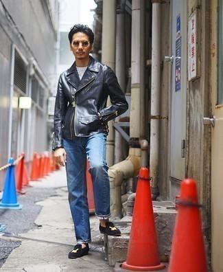 Trend da uomo 2020: Punta su una giacca da moto in pelle nera e jeans blu per affrontare con facilità la tua giornata. Calza un paio di mocassini eleganti di velluto ricamati blu scuro per un tocco virile.