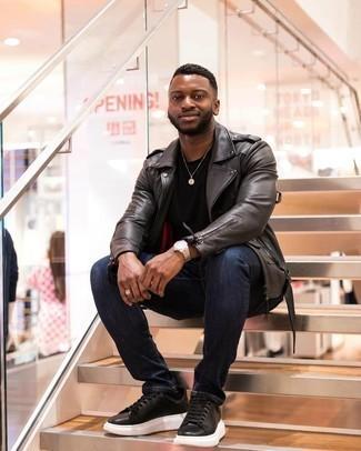 Come indossare e abbinare jeans blu scuro: Per un outfit quotidiano pieno di carattere e personalità, abbina una giacca da moto in pelle grigio scuro con jeans blu scuro. Completa questo look con un paio di sneakers basse in pelle nere.