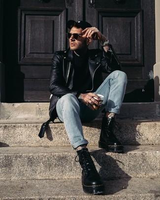 Come indossare e abbinare una t-shirt girocollo nera: Per un outfit quotidiano pieno di carattere e personalità, potresti combinare una t-shirt girocollo nera con jeans azzurri. Per un look più rilassato, scegli un paio di stivali da lavoro in pelle neri.