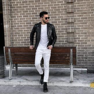Trend da uomo 2021: Potresti combinare una giacca da moto in pelle nera con jeans bianchi per un look trendy e alla mano. Sfodera il gusto per le calzature di lusso e indossa un paio di stivali casual in pelle neri.