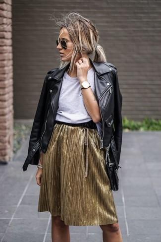 Come indossare: giacca da moto in pelle nera, t-shirt girocollo grigia, minigonna a pieghe dorata, occhiali da sole neri