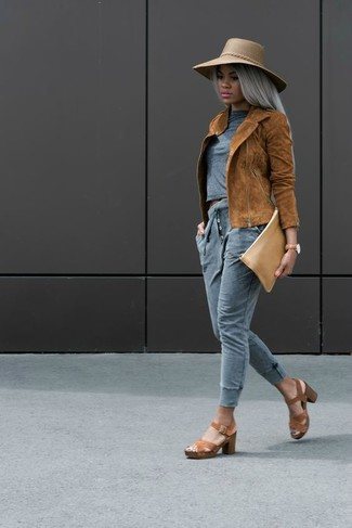 Come indossare e abbinare: giacca da moto in pelle scamosciata terracotta, t-shirt girocollo grigia, pantaloni sportivi grigi, sandali con tacco in pelle marroni