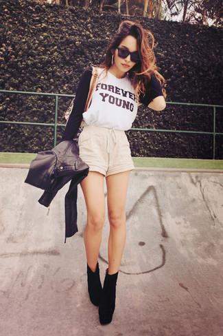Una t-shirt a maniche lunghe stampata bianca e nera e pantaloncini beige metteranno in luce il tuo gusto per gli abiti di sartoria. Per le calzature, scegli lo stile classico con un paio di stivaletti in pelle scamosciata neri.