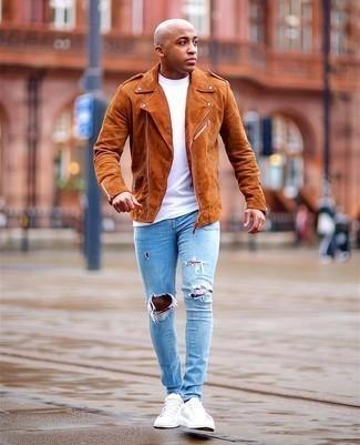 Trend da uomo 2020: Una giacca da moto in pelle scamosciata terracotta e jeans aderenti strappati azzurri trasmettono una sensazione di semplicità e spensieratezza. Mettiti un paio di sneakers basse di tela bianche per dare un tocco classico al completo.