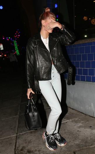 Come indossare: giacca da moto in pelle nera, top corto bianco, jeans aderenti bianchi, scarpe sportive nere