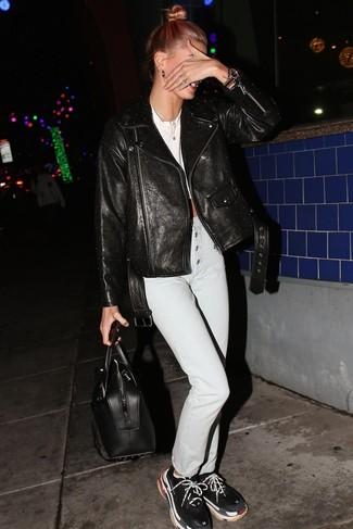 Come indossare: giacca da moto in pelle con borchie nera, top corto bianco, jeans azzurri, scarpe sportive nere