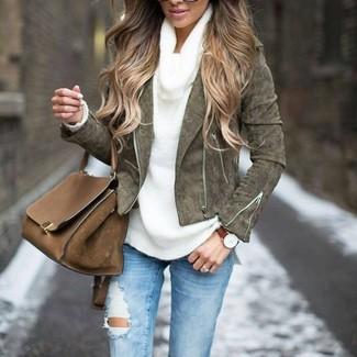 Come indossare: giacca da moto in pelle scamosciata verde oliva, maglione con scollo a cappuccio bianco, jeans aderenti strappati azzurri, cartella in pelle marrone