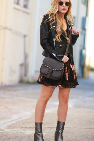 Come indossare: giacca da moto in pelle nera, vestito a pieghe a fiori nero, stivaletti in pelle marrone scuro, borsa a tracolla in pelle marrone scuro