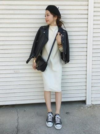 Come indossare: giacca da moto in pelle nera, vestito a trapezio di lana bianco, sneakers basse di tela nere e bianche, borsa a tracolla in pelle nera