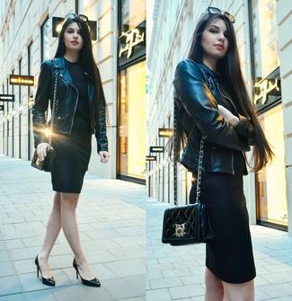 Come indossare: giacca da moto in pelle nera, vestito aderente nero, décolleté in pelle neri, borsa a tracolla in pelle trapuntata nera