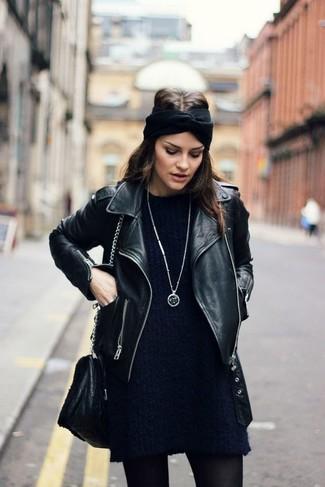Come indossare: giacca da moto in pelle nera, vestito di maglia blu scuro, borsa a tracolla in pelle nera, cerchietto lavorato a maglia nero