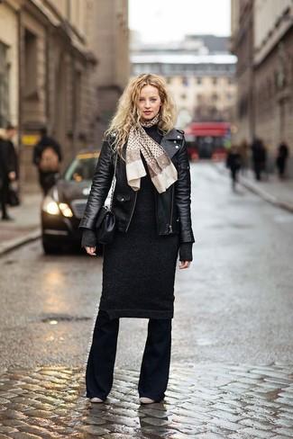 Come indossare e abbinare pantaloni a campana neri: Per un outfit quotidiano pieno di carattere e personalità, indossa una giacca da moto in pelle nera e pantaloni a campana neri. Stivaletti in pelle beige sono una eccellente scelta per completare il look.