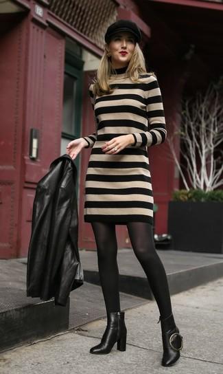 Come indossare: giacca da moto in pelle nera, vestito di maglia a righe orizzontali marrone chiaro, stivaletti in pelle neri, coppola nera