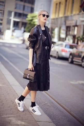 Come indossare: giacca da moto in pelle nera, vestito longuette di pizzo nero, sneakers basse in pelle bianche e nere, cartella in pelle nera